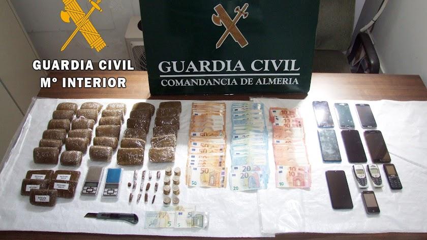Droga, dinero y balanzas de precisión halladas en las dos viviendas de Balanegra en las que se vendía droga.