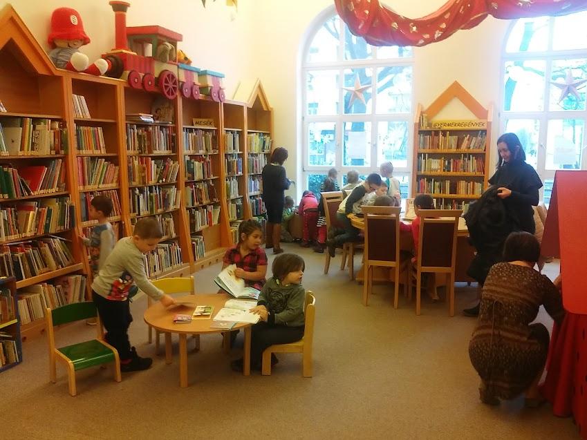 Könyvnézegető gyerekek a Verseghy Könyvtárban