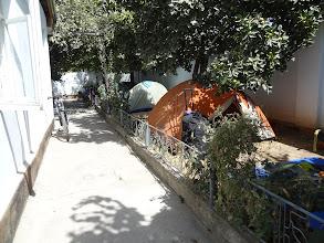 Photo: Levné ubytování nacházíme v guesthousu Adventurer's Inn. Protože většina cestovatelů čeká až se Pamír otevře, je tu přecpáno. Odsunujeme tedy pár stanů a zasazujeme se na zahradu i my.