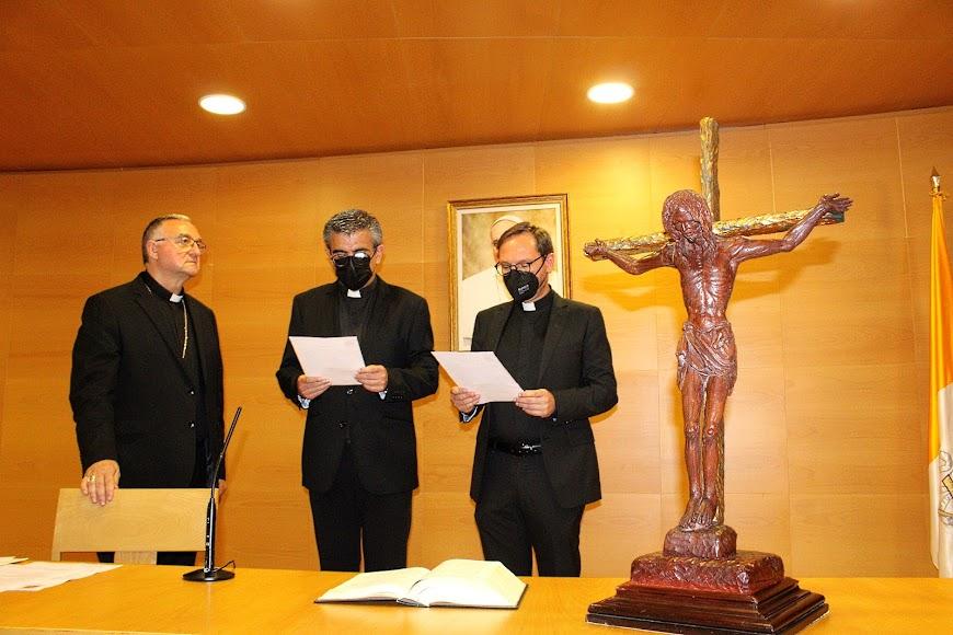 El vicario espiscopal de pastoral y el vicario general jurando sus cargos ante el obispo coadjutor.