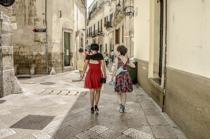 Two women in red  di Daniela Denaro
