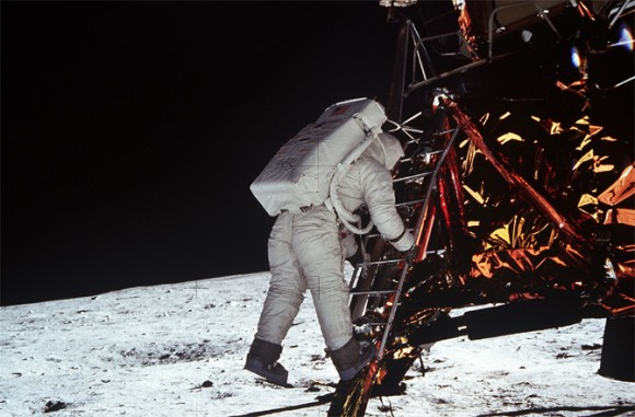 Photo: Edwin Buzz Aldrin klättrar ner för stegen från månlandaren. Fotograferad av Neil Armstrong. Fotocredit: NASA