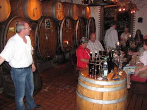 Photo: Weindegustation im Weinfasskeller