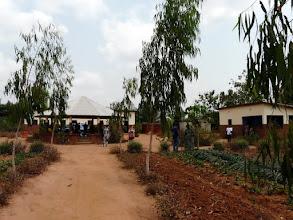 Photo: à 3 km du Centre, un hectare de bonne terre est cultivé par les moins atteints