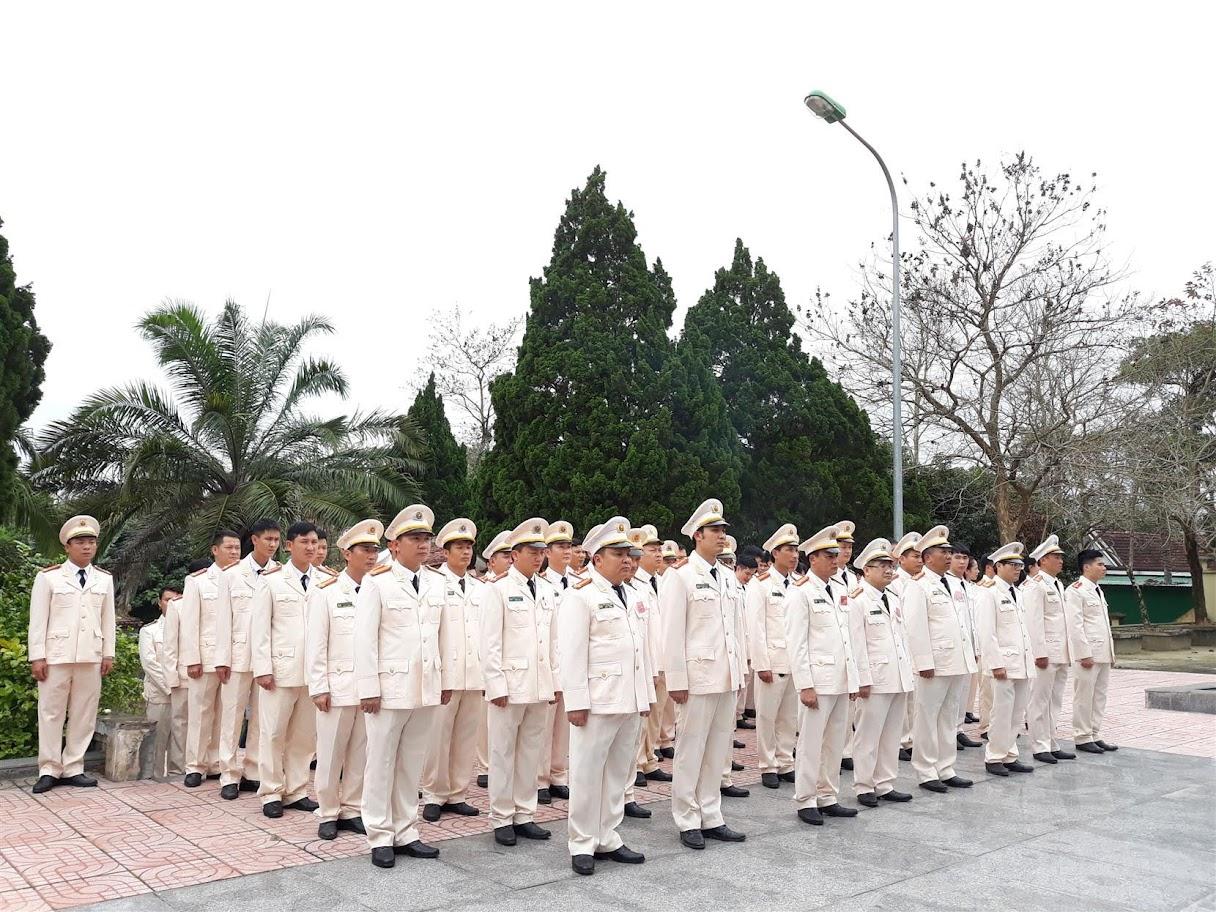 Tập thể Đảng bộ Công an huyện Tân Kỳ dâng hoa, dâng hương tại Nghĩa trang liệt sĩ huyện Tân Kỳ