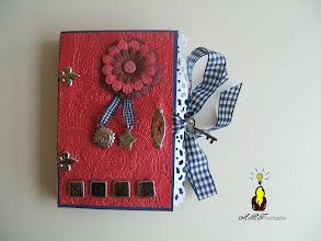 Photo: cARTe livre rouge marine et métal