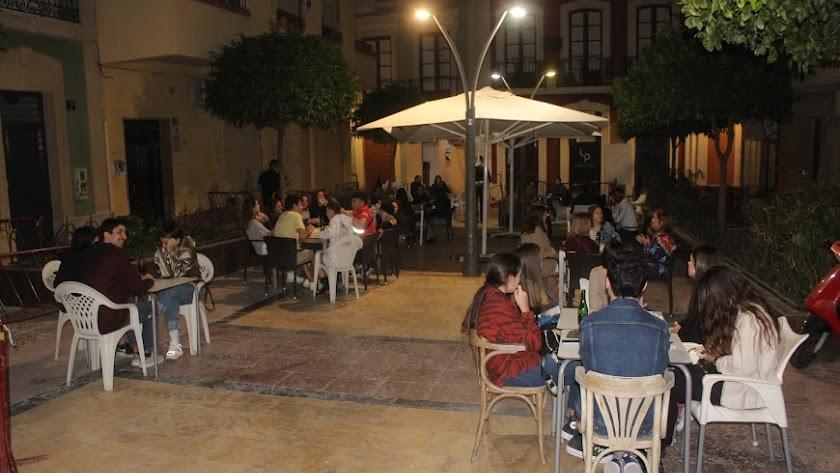 Ambiente en una terraza de Almería.