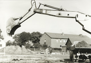 Photo: Schulleiter Treptow inspiziert die Baugrube 1966