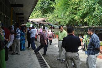 Photo: Suasana sekitar bangunan ini ketika hari pertama persekolahan bagi pelajar tahun 1. Kelihatan ibu bapa dan penjaga pelajar tahun 1 begitu perihatin di hari pertama persekolahan anak mereka di Hidayah. Gambar diambil pada Jan 2011.