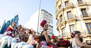 Niños y mayores de las asociaciones de vecinos repartieron en la batalla de flores un total de 20.000 claveles rojos y blancos.