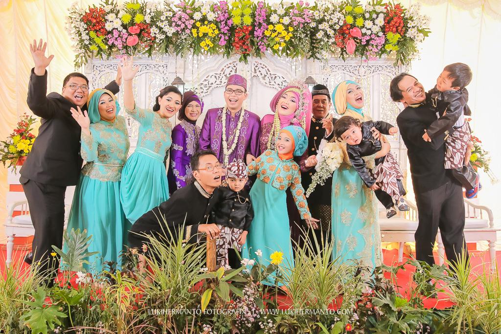 foto pernikahan di pelaminan lucu