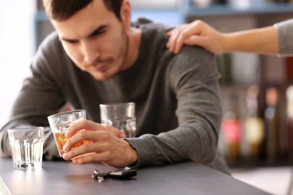 Padrão de consumo excessivo de álcool preocupa especialistas. (Fonte: Shutterstock)