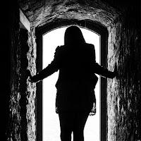 La felicità spesso si insinua attraverso una porta che non sapevate di aver lasciato aperta.  di