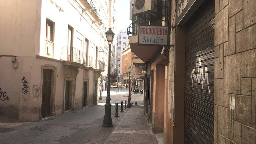 La peluquería de Serafín, en la calle Eduardo Pérez, junto a las Cuatro Calles, uno de tantos negocios cerrados por el Estado de Alarma.