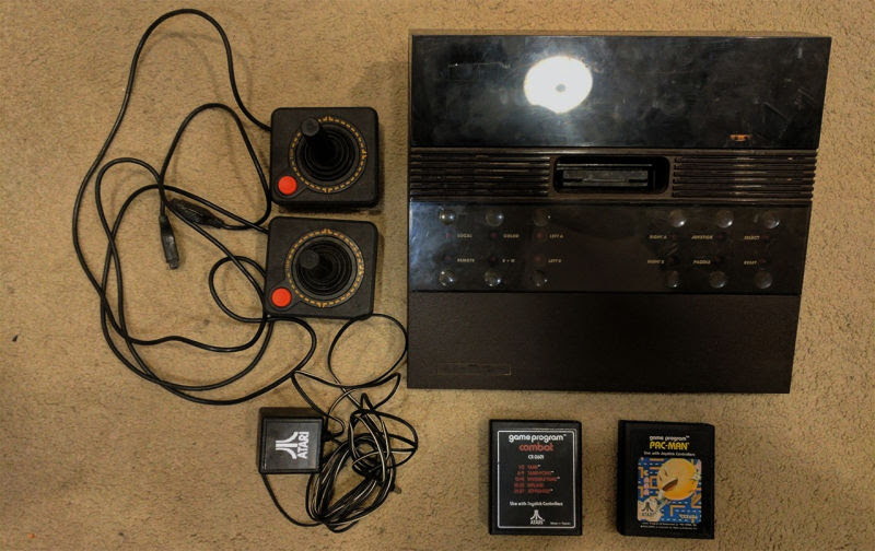 Con luces rojas para marcar el color clásico de Atari y el clásico transformador de 2 Kilos no parece que fuera una mala idea.