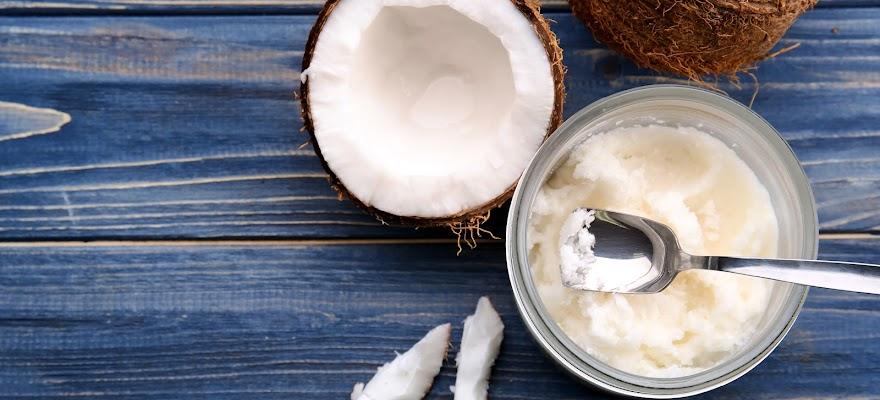 Olej kokosowy w misce na niebieskim tle