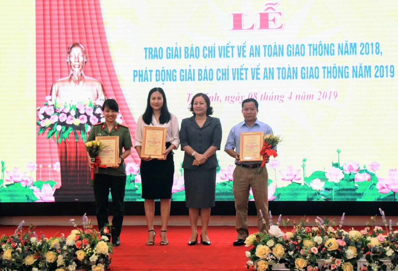 Ban tổ chức trao giải Nhì cho các tác giả