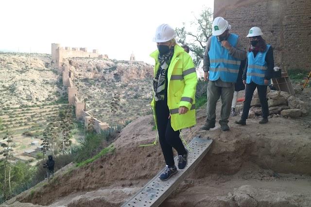 Cabrera visita los sondeos previos a la redacción del proyecto del recinto Norte de la Alcazaba.