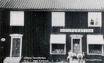 Photo: Affär.1934 byggdes den nya Konsumaffären med invigning den 14 oktober. Bild 1950-talet