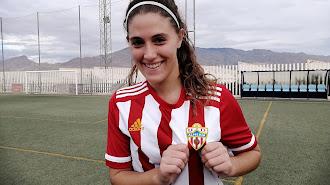 Fátima enseña el escudo del Almería.