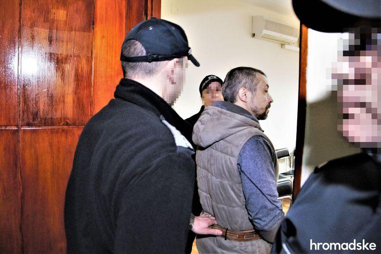 Полицейские сопровождают Алексея Левина в зал суда, Бургас, Болгария, 11 марта 2020 года. Левина подозревают в организации нападения на херсонскую активистку Екатерину Гандзюк