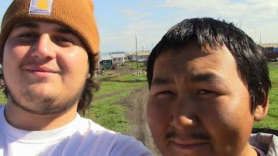 Photo: Nelson Hedrich et Dany, accueil chaleureux à Kivalina parmi les Inupiaq