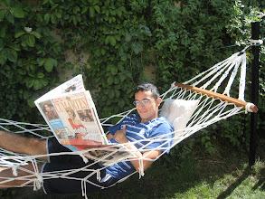 Photo: 18 Eylül 2010 - Hamak ve bahçelerin güzelliği üzerine bir yazı okurken.