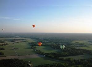 Photo: Peltomaisemaa - ja kuumailmapalloja