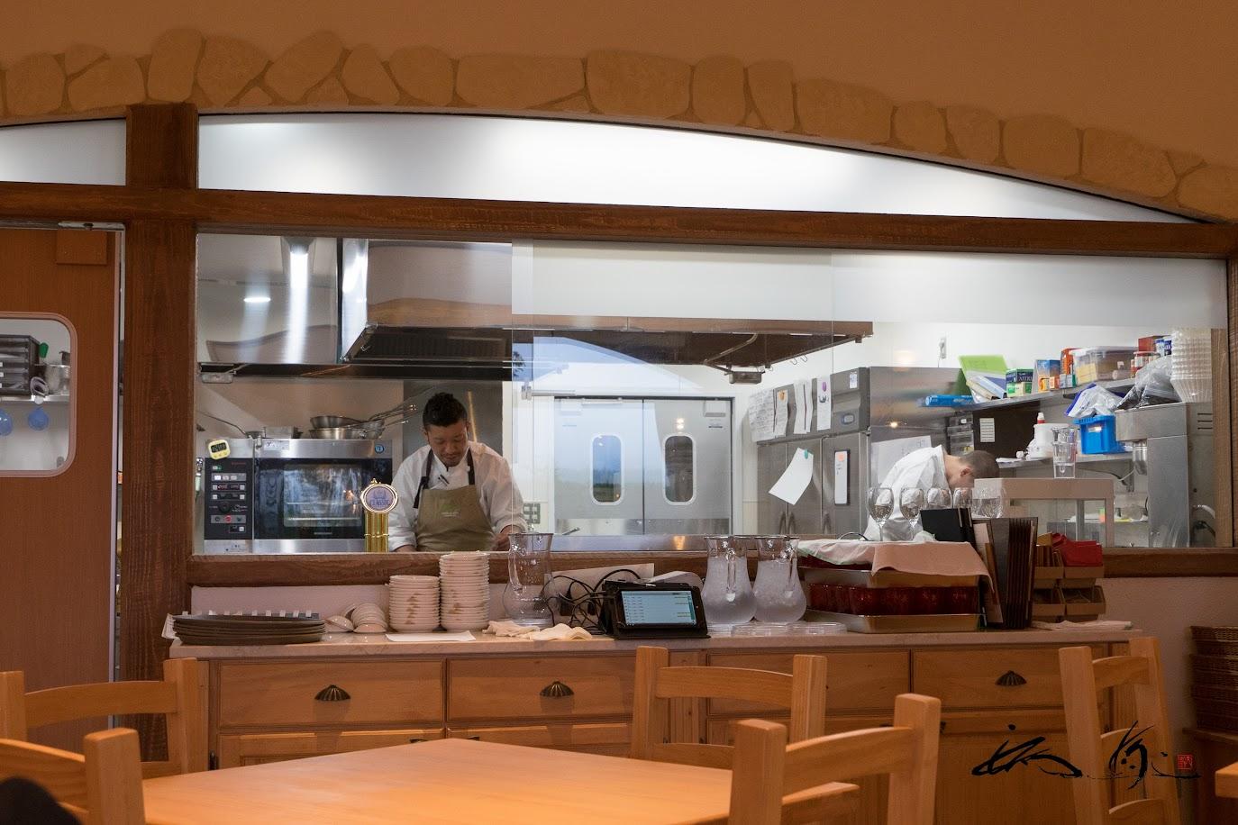 ガラス張りの厨房