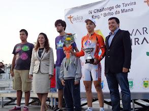 Photo: Jorge Botelho, Presidente da Câmara Municipal de Tavira e netos do Eng.º Brito da Mana, na entrega do troféu a André Mourato, da LA/Antarte, vencedor da IV Challenge Eng.º Brito da Mana, Tavira
