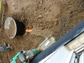 Photo: der Kanaldeckel von unserer Wasserzisterne, der Rest ist schon unter der Erde. Das Rohr für die Zuleitung liegt frei davor.