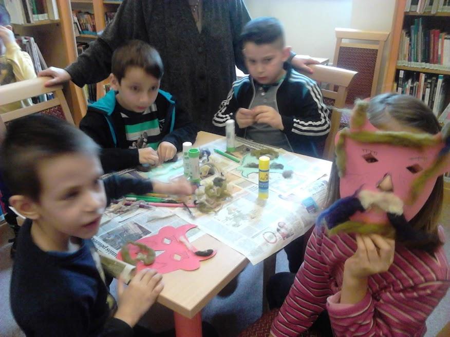 Maszkos gyerekek a könyvtárban