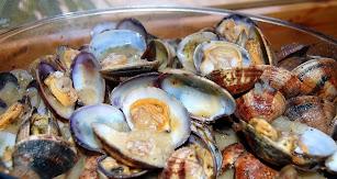 Es aconsejable disfrutar de un buen plato de mero, almejas, boquerones e incluso langostas.