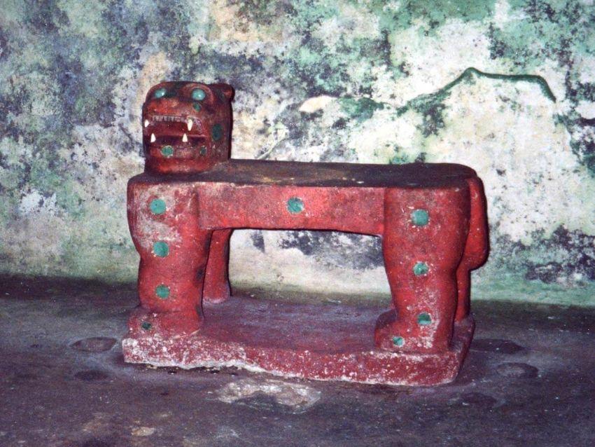 trono rojo que intentaron robar del saquea a chichen itza