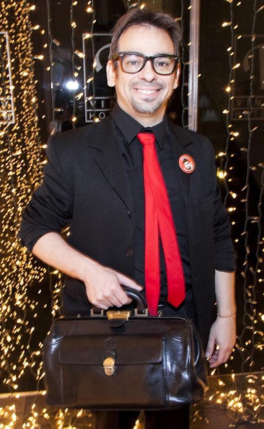 mago-corbata-roja-maletín
