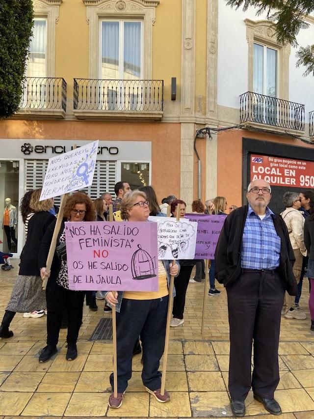 Una mujer sostiene una pancarta reivindicativa.