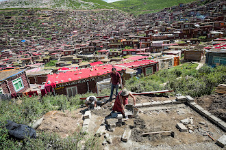 Photo: More than 1000 new huts are constructed each year in vacant spots at the edge of the institute or between existing dwellings.