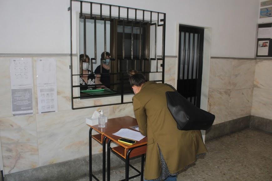 Madre rellenando la solicitud del Colegio Nuestra Señora del Milagro.