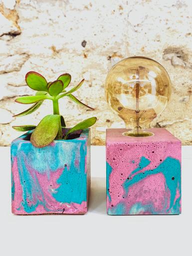 plante dans pot design en béton ROUGE
