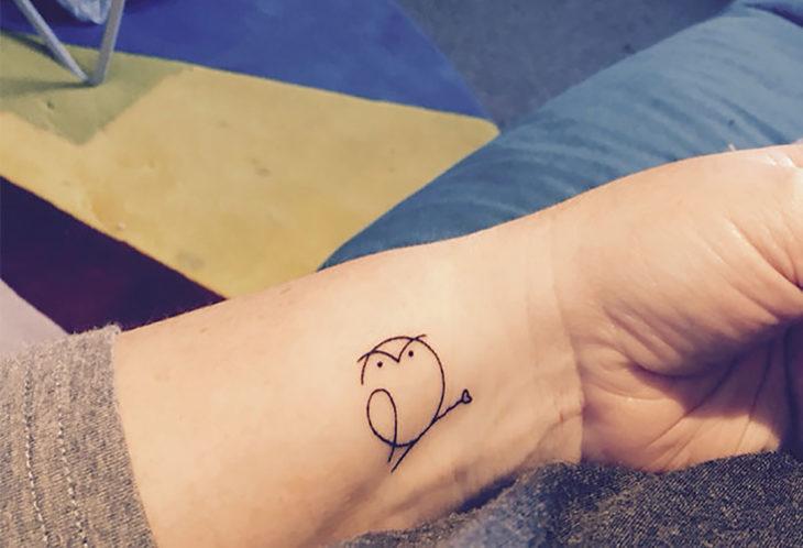 tatuagem de pássaro minimalista
