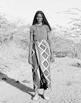 Afrikaanse vrouw met zwarte hoofddoek en lange rok