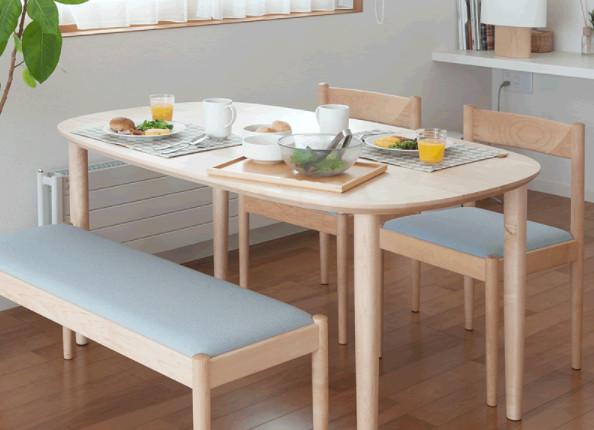 丸みを帯びた家族団欒用のテーブルもおすすめ