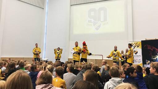 Koulukiertue käynnistyi tiistaina Aurinkorinteen koululta, jossa KalPa-pelaajista mukana olivat Ari Gröndahl ja Tuomas Vartiainen sekä KalPan Naisten Liiga-joukkueesta Tiina Ranne ja Eveliina Nurmi.