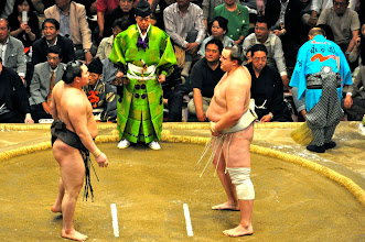 Photo: Hakuho (left) and Baruto facing off before the final match.