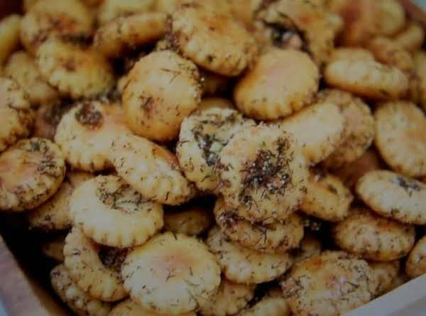 Garlic Dill Ranch Oyster Crackers