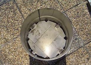 Photo: Mise en place des briques au fond du bidon.