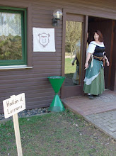 Photo: Alanis vor den Hallen des Lernens, in der auch später die Bibliothek untergebracht wurde.