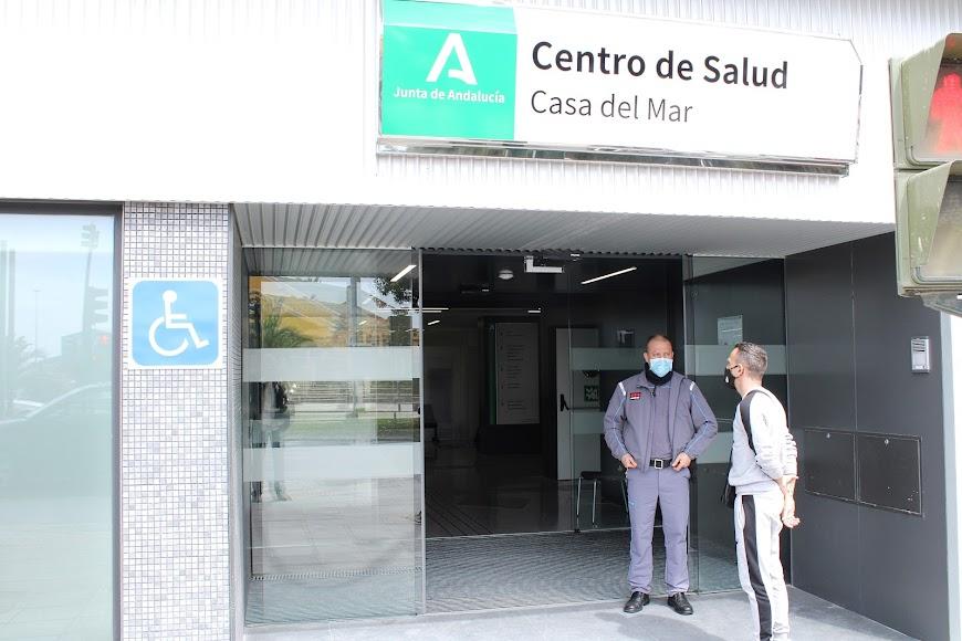 Seguridad a la entrada del Centro de Salud.