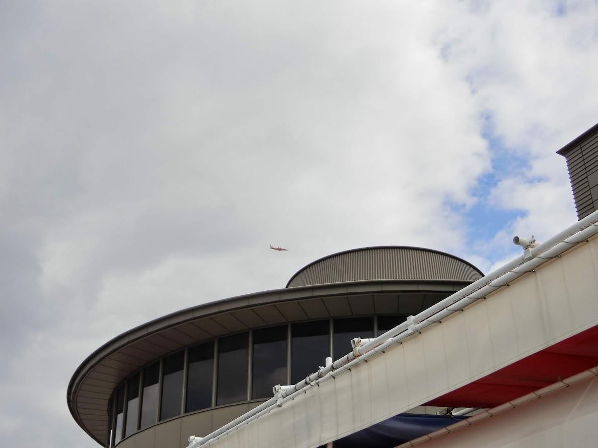 中日ビル屋上を飛行機が通過