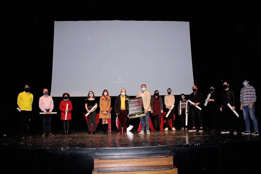 Participantes y responsables del corto con el coordinador Andaluz de Médicos del Mundo y el alcalde de Vícar.
